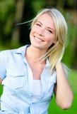 Porträt des recht blonden hübschen Mädchens lizenzfreie stockfotografie