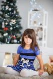 Porträt des recht braunäugigen kleinen Mädchens in blaue gestreifte dres stockfotografie