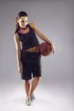 Porträt des recht jungen weiblichen Basketball-Spielers Stockbild
