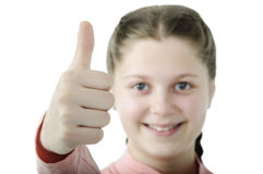 Porträt des recht kleinen Mädchens, das Daumen auf Weiß zeigt Stockfotos