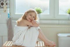Porträt des recht kleines Kindermädchens mit weißem Tuch nach Show Lizenzfreies Stockbild