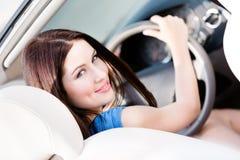 Porträt des recht weiblichen Fahrers stockbild