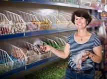 Porträt des reifen Frauenkaufens Süßigkeiten lizenzfreies stockfoto