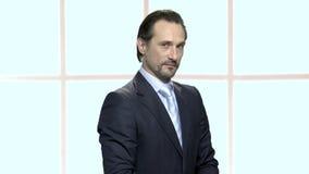 Porträt des reifen Geschäftsmannes mit misstrauischem Blick stock footage