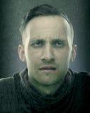 Porträt des reifen Mannes unter der Gischt, Regenstudiotrieb O stockfoto