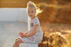 Porträt des reizend Mädchens in einem Kleid bei Sonnenuntergang mit dem glühenden Haar Lizenzfreie Stockfotos