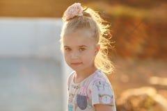 Porträt des reizend Mädchens in einem Kleid bei Sonnenuntergang mit dem glühenden Haar Stockfoto