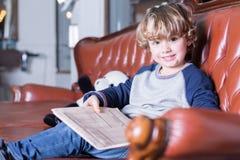 Porträt des reizenden Jungen lächelnd an der Kamera Stockbild