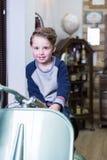 Porträt des reizenden Jungen mit stilvoller Frisur Stockfotografie