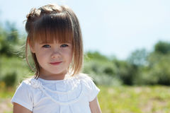 Porträt des reizenden kleinen Mädchens im Park Stockbild