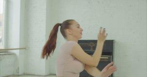 Porträt des reizenden Tänzertanzens im Studio stock footage