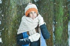 Porträt des romantischen Mädchens aufpassend auf dem Fallen Stockfoto