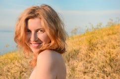Porträt des rothaarigen Mädchens auf dem Gebiet Stockfotos