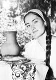 Porträt des russischen Mädchens mit Pfannkuchen Lizenzfreie Stockbilder