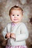 Porträt des süßen blonden kleinen Mädchens mit großen grauen Augen stockbild