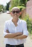 Porträt des schönem und Glückgefühls der asiatischen Frau auf St. Lizenzfreies Stockbild