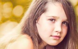 Porträt des schönen überzeugten jungen Mädchens Stockfotos