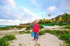 Porträt des schönen blond-haarigen Mädchens, das auf dem Strand spielt Lizenzfreies Stockfoto