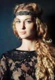Porträt des schönen blonden Mädchens lizenzfreie stockfotos