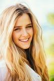 Porträt des schönen blonden Mädchens Stockfoto