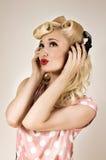 Porträt des schönen blonden Mädchens, das Musik hört Lizenzfreies Stockfoto