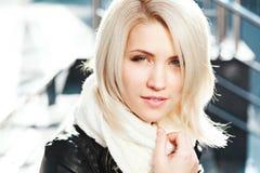 Porträt des schönen blonden Mädchens, das schwarze Jacke trägt Stockbilder