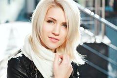 Porträt des schönen blonden Mädchens, das schwarze Jacke trägt Lizenzfreies Stockfoto