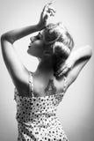 Porträt des schönen blonden Mädchens der jungen Frau mit Tätowierung auf Schulterschwarzweiss-Bild Lizenzfreie Stockfotos