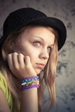 Porträt des schönen blonden Mädchens im Hut- und Gummiwebstuhlarmband lizenzfreie stockfotografie