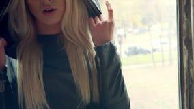 Porträt des schönen blonden Rappermädchens stock footage