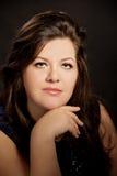 Porträt des schönen Brunette plus junge Frau der Größe Lizenzfreies Stockfoto