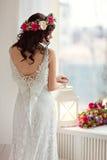 Porträt des schönen Brunettemädchens in einem weißen Fischnetzkleideresprit Stockfotos