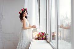 Porträt des schönen Brunettemädchens in einem weißen Fischnetzkleideresprit Lizenzfreie Stockbilder