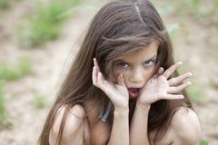 Porträt des schönen Frosches des kleinen Mädchens Stockbilder