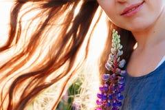 Porträt des schönen Gesichtes der jungen Frau mit Blumen Brunettefrau mit natürlichem Luxusmake-up Vollkommene Haut eyelashes Lizenzfreie Stockfotografie