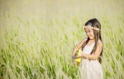 Porträt des schönen glücklichen lächelnden Mädchens zur Wiese in der Natur am sonnigen Tag stockfotografie