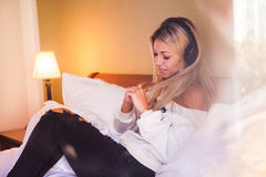 Porträt des schönen glücklichen Mädchens mit Kopfhörern hörend Popmusik Lizenzfreie Stockfotos