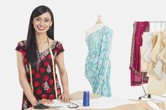 Porträt des schönen indischen weiblichen Schneiderlächelns lizenzfreie stockbilder