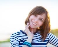 Porträt des schönen jugendlich Mädchens nahe dem Meer Stockfotografie