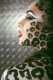 Porträt des schönen jungen europäischen Modells in Katze Make-up und bodyart Stockbild