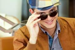Porträt des schönen Jungen lächelnd mit Sonnenbrillen Lizenzfreies Stockbild