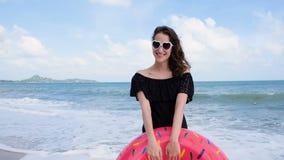 Porträt des schönen jungen lächelnden Mädchens, wie sie die Kamera untersucht Glückliche nette Frau, die auf der Seeküste videoch stock video footage
