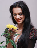 Porträt des schönen jungen Mädchens, das im Studio aufwirft Stockfotos