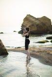 Porträt des schönen jungen weiblichen touristischen Fotografen mit Kamera in Meer Stockfotos
