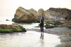Porträt des schönen jungen weiblichen touristischen Fotografen mit Kamera in Meer Stockfoto