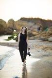 Porträt des schönen jungen weiblichen touristischen Fotografen mit Kamera in Meer Stockbild