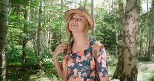Porträt des schönen kaukasischen Womansmilings zu einer Kamera in einem Wald Stockfotos