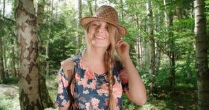 Porträt des schönen kaukasischen Womansmilings zu einer Kamera in einem Wald Lizenzfreies Stockfoto