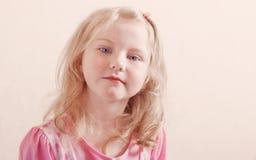 Porträt des schönen kleinen blonden Mädchens Lizenzfreies Stockbild