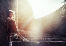 Porträt des schönen kleinen Mädchens auf der Treppe Lizenzfreie Stockfotografie